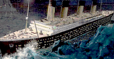 Титаник рассекает волны